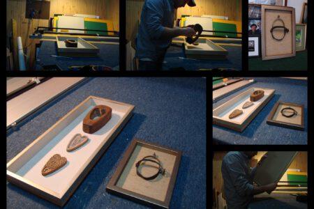 Kolaż fotografii. Proces umieszczania przedmiotów w ramie w formie gabloty.