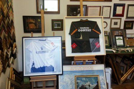Koszulki PZU Cracovia Półmaraton oraz Marcina Gortata w oprawie
