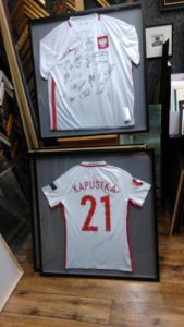 Oprawione koszulki polskich piłkarzy