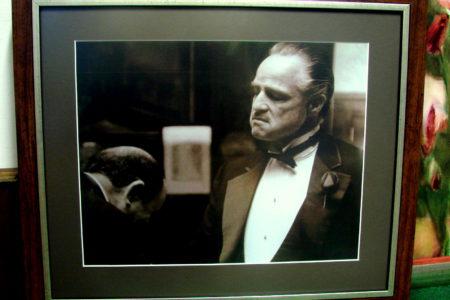 Kadr z filmu The Godfather. Urok czarno-białej scenerii w zgrabnym połączeniu ze srebrną obwódką drewnianej ramy. Na ciemnozielonym passe-partout.