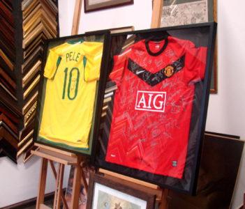 Koszulki piłkarskie z autografami w gablocie.