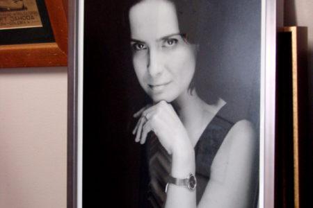 Portret kobiety w skali szarości. Srebrna rama, szkło i wąskie białe passe-partout.